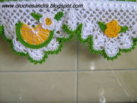 45. Pano de prato com bico de crochê com detalhes de frutas e flores. Foto de Coisas de Vó