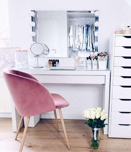 33. Penteadeira camarim com cadeira rosa – Via: Pinterest