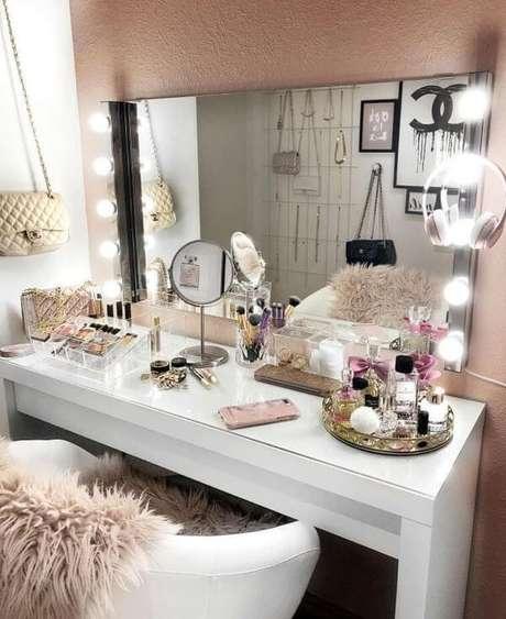 5. Penteadeira camarim iluminada e moderna para quarto feminino – Via: Pinterest