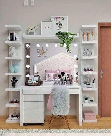 28. Penteadeira camarim com prateleiras decorativas ao lado – Via: Pinterest