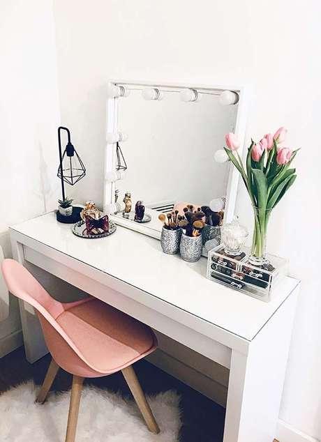21. Penteadeiras com espelho camarim auxiliam na iluminação do ambiente – Via: Pinterest