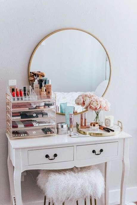 18. Penteadeira com maquiagens e gaveteiro no quarto – Via: Luxo Quarto