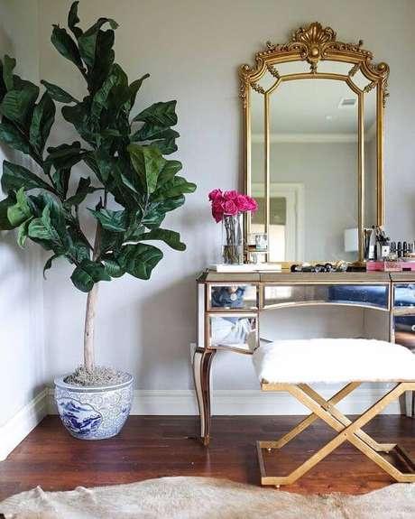 14. Penteadeira espelhada com detalhes em dourado – Foto: Dicas Decor