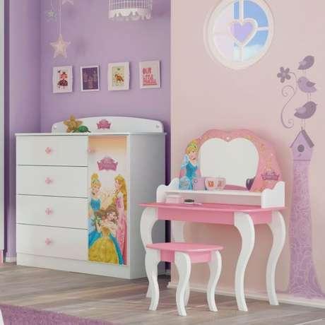 7. Penteadeira de madeira infantil decorada com princesas – Via: Pinterest