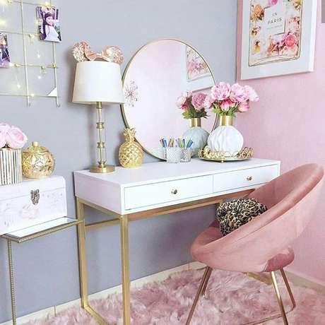 91. Penteadeira para quarto cor de rosa e cinza com detalhes em dourado – Via: Pinterest