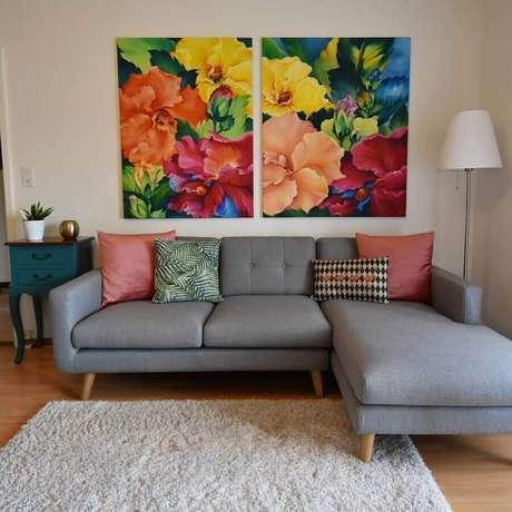 41. Os pés de madeira deram um toque charmoso ao sofá cinza com chaise – Foto: Simona Hanzi