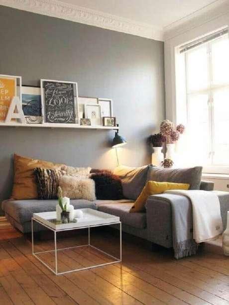 43. Sala cinza decorada com mesa de centro quadrada e sofá de canto com várias almofadas – Foto: GD-Home