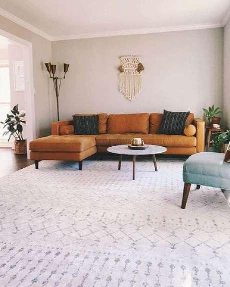 48. Sala de estar decorada com sofá com chaise marrom – Foto: Article