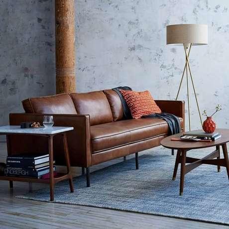 50. Sofá de couro para decoração de sala cinza com abajur no chão – Foto: Pinterest