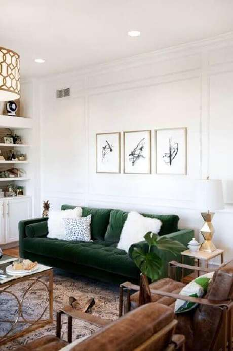 52. Sala de estar branca decorada com sofá de veludo verde – Foto: Pinterest