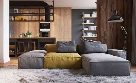 12. Sala moderna decorada com tapete felpudo e sofá modulável cinza e amarelo – Foto: Behance