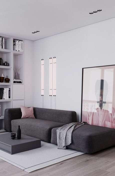 57. Sala de estar moderna decorada com sofá cinza modulado e quadro grande – Foto: Behance