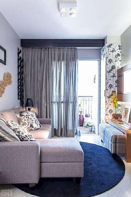 60. Sala pequena decorada com tapete redondo e sofá retrátil cinza – Foto: Casinha Arrumada