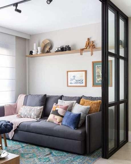 61. Sofá cinza decorado com almofadas para sala de estar simples com trilho de luz – Foto: Duda Senna