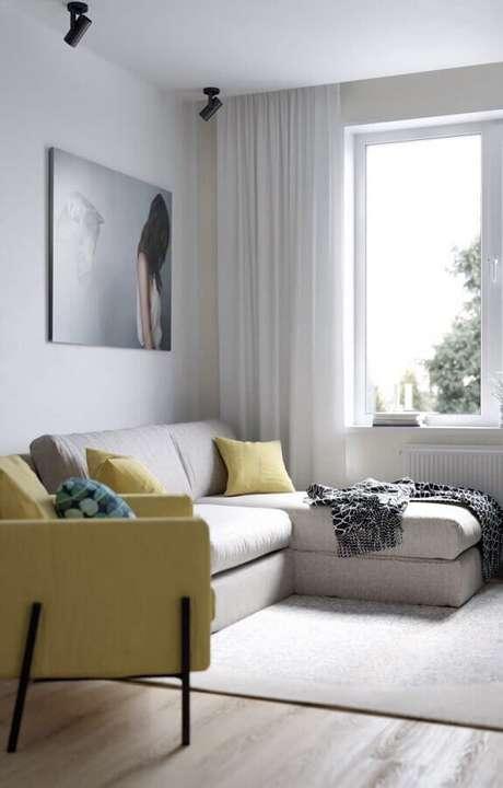 62. Sala simples decorada com sofá pequeno de canto – Foto: Behance