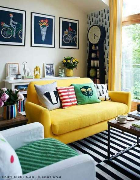 15. Invista em um sofá colorido para colocar mais personalidade na sua decoração – Foto: Construção e Design