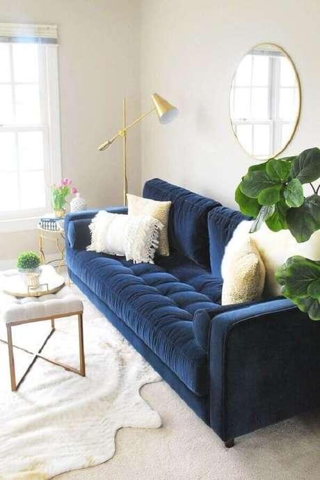 65. Sofá azul de veludo para decoração de sala clean com espelho redondo – Foto: Article