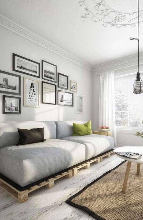 69. Decoração simples com sofá cama de pallet – Foto: Decoratorist