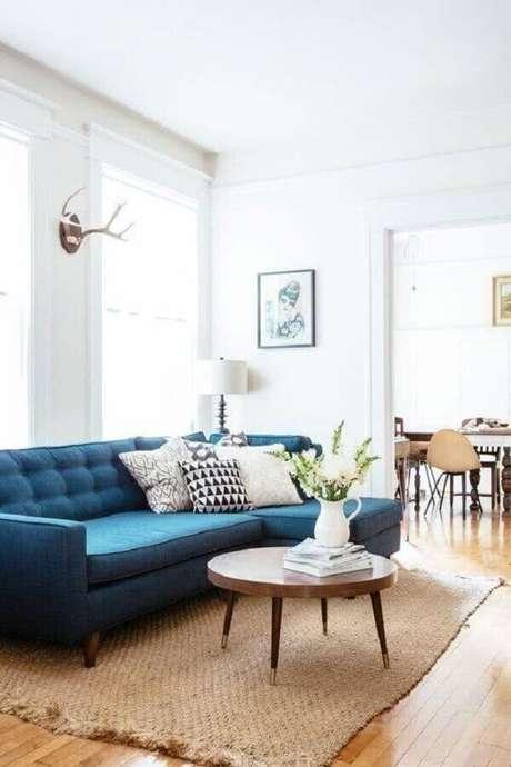 78. Sofá com chaise azul para decoração de sala com mesa de centro de madeira – Foto: Cute & Paste