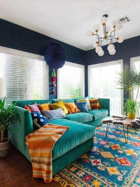 81. Sofá com chaise para decoração de sala colorida – Foto: We Heart It