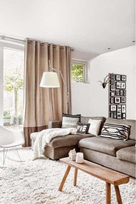 82. Sofá com chaise para sala decorada em tons neutros – Foto: Webcomunica
