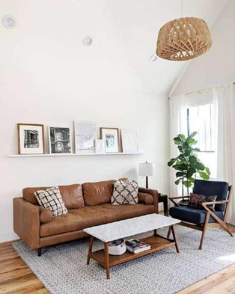 87. Sofá de couro marrom para sala simples decorada com poltrona cinza – Foto: Article