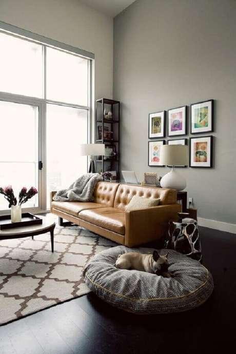 88. Sala cinza moderna decorada com sofá de couro marrom – Foto: Apartment34