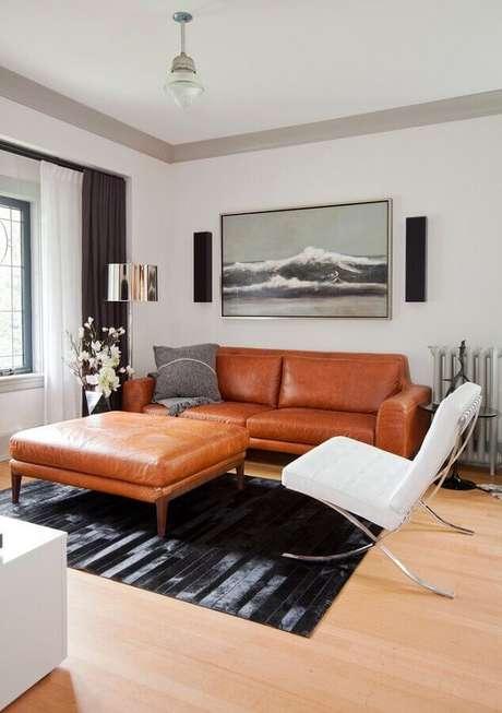 89. Sala decorada com sofá de couro e poltrona moderna branca – Foto: Pinterest