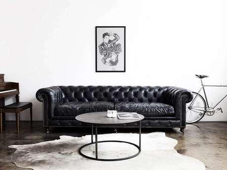 90. Sofá de couro preto com acabamento capitonê – Foto: Homeit