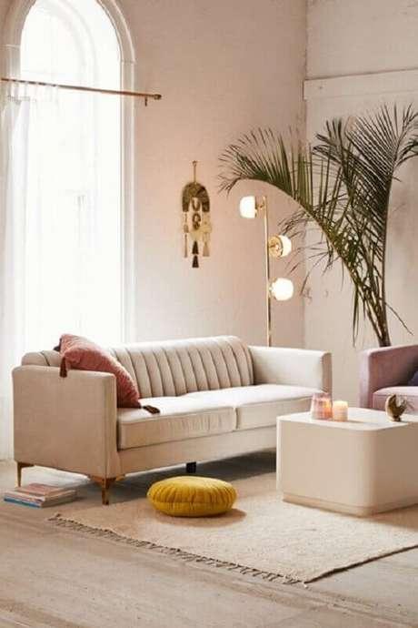 95. Sofá pequeno para decoração de sala em tons neutros – Foto: Urban Outfitters