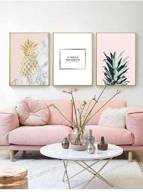 96. Sofá pequeno cor de rosa para decoração de sala clean com mesa de centro redonda com tampo de mármore – Foto: Jonathan Adler