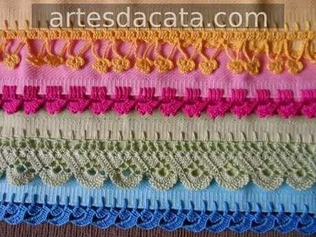 10. Nessa foto, há toalhas coloridas com bico de crochê carreira única e outras mais complicadas. Foto de Artes da Cata