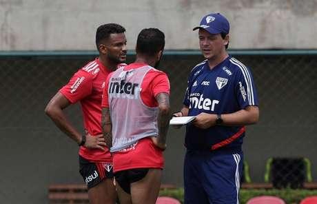 Diniz orienta o primeiro trabalho tático do São Paulo nesta pré-temporada (Foto: Rubens Chiri/saopaulofc.net)