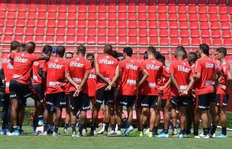 Fernando Diniz conversa com o grupo na atividade deste sábado - FOTO: Érico Leonan/saopaulofc.net