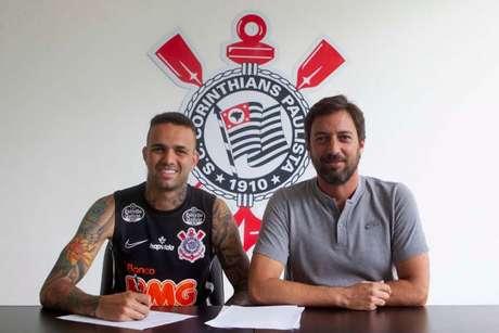 Luan assinou contrato com o Corinthians (Foto:Daniel Augusto Jr. / Agência Corinthians)