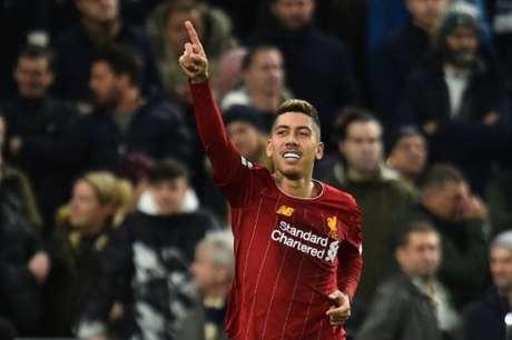 Firmino comemora o seu gol: camisa 9 vem sendo o homem dos tentos decisivos no Liverpool (Foto: GLYN KIRK / AFP)