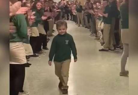 John Oliver, de seis anos de idade, terminou o tratamento de quimioterapia contra leucemia e foi aplaudido por colegas da escola.