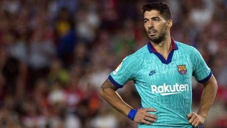 Suárez em ação pelo Barcelona: atacante pode perder o restante da temporada (Foto: JORGE GUERRERO / AFP)