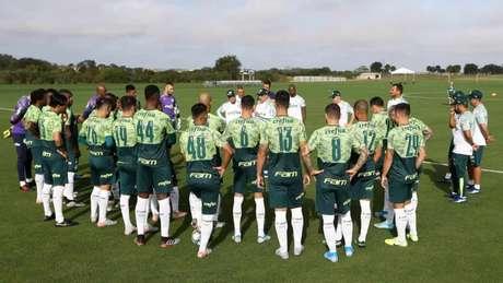 Vanderlei Luxemburgo conversa com os jogadores do Palmeiras antes do treino começar (Foto: Cesar Greco)