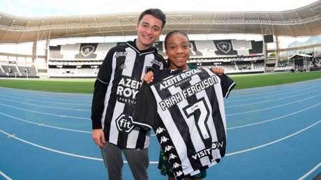 Noah Schnapp e Priah Ferguson brilham na série 'Stranger Things' (Foto: Reprodução Twitter @Botafogo)