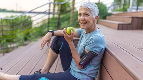 Fazer exercícios e ter uma dieta equilibrada reduz o risco de aparecimento de doenças cardiovasculares, câncer e diabetes
