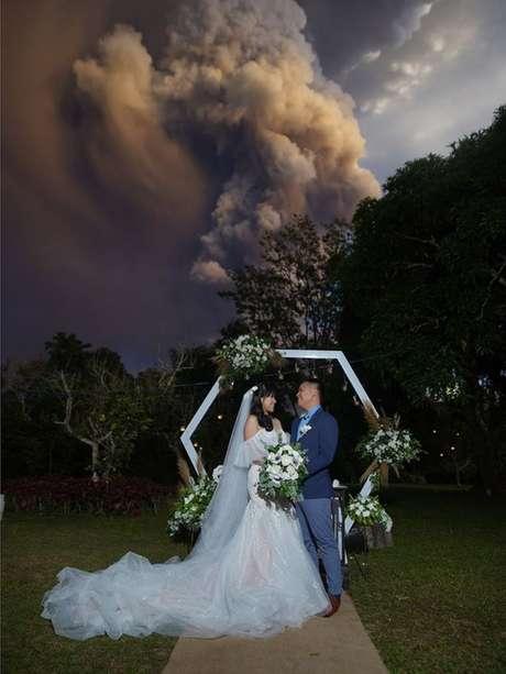 Quando casamento estava prestes a começar, Taal entrou em erupção
