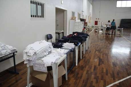 Em algumas instituições, há doação de uniformes em bom estado ou a venda de algumas peças usadas por preços acessíveis.