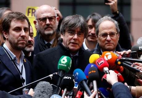 Ex-líder do governo catatlão Carles Puigdemont (ao centro), dá entrevista a jornalistas ao chegar ao Parlamento Europeu 13/01/2020 REUTERS/Vincent Kessler