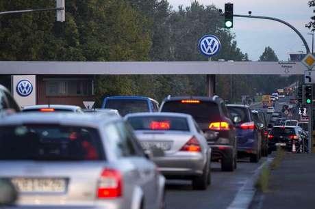 Carros circulam perto de fábrica da Volkswagen em Wolfsburg, Alemanha. 23/9/2015. REUTERS/Axel Schmidt