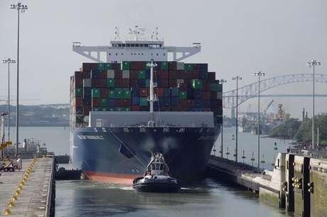 Embarcação atravessa trecho do Cabal do Panamá 22/08/2017 REUTERS/Carlos Lemos
