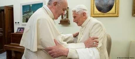 Papa Francisco (esq.) e seu antecessor, papa emérito Bento XVI