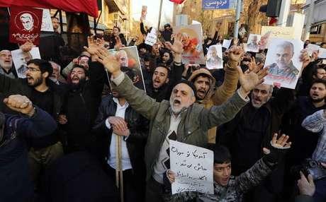 Iranianos protestam em frente à Embaixada do Reino Unido em Teerã, em 12 de janeiro