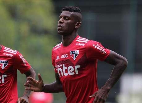 Arboleda terá uma multa no salário por ter vestido a camisa do rival nas férias (Foto: Rubens Chiri/saopaulofc.net)