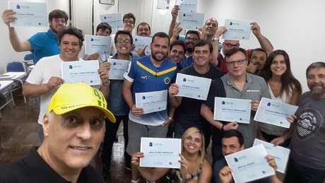 Turma que se formou num dos cursos posa para selfie na Faculdade Cásper Líbero.